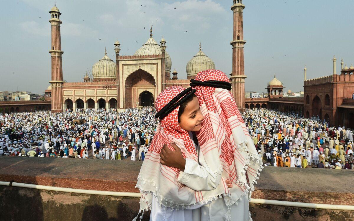 Jama Masjid me Eid kyu manaya jata hai. Eid ki namaz ke baad gale lagaate huye do bacche.